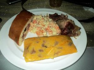 Venezuela Hallaca, pan de jamón, pernil y ensalada.