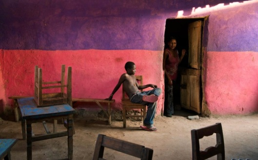 Steve Mccurry Un ragazzo seduto su una sedia, Omo Valley, Ethiopia,2013