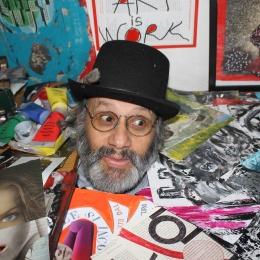 RAFAEL ANGEL CORONADO GIRALDO Rafael Coronado nace artista en el 1956 en Colombia. Desde pequeño corta, escribe, colora y observa. Trabaja como diseñador por la publicidad en Brasil e inventa talleres de creatividad, siempre en Brasil. Después se va por el mundo trabajando especialmente en el social, con las comunidades indígenas en el Centro America y en Europa. En sus obras, sobre todo colages y breves escritos, tal vez irónicos, Rafael nos invita a jugar con formas y colores. El deseo de un mundo mucho mejor y la capacidad de extraer creatividad desde el interior de las personas han sido así que sus obras aparezcan como una invitación a exprimirse a través del arte. Poeta visual y comunicActor, Rafael quiere jugar con el arte; pero su juego es más una broma, sus obras han sido trabajadas de instinto pero en una manera que invitan quien las ve a ponerse problemas y a pensar lo que es este mundo en el cual nosotros estamos viviendo.