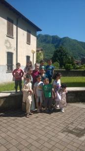 Luisa Valsecchi Voluntaria y los niños del Doposcuola