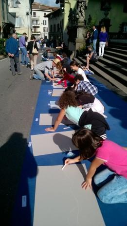 Niños dibujando con tizas