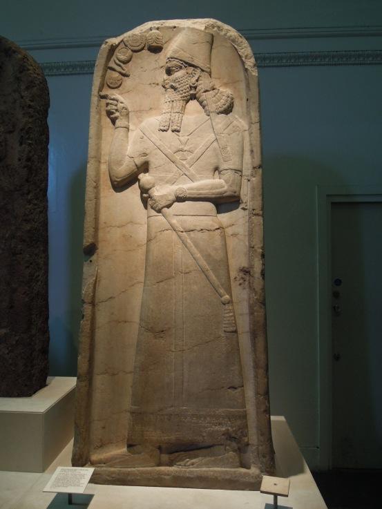 Altos relieves de sacerdotes mesopotámicos.