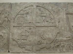 """Alto relieve que representa la cruz """"celta"""" miles de años antes del Cristo."""