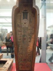 Sarcófago pintado con una mujer en posición de la Runa Is.