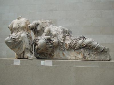 Escultura del Frontón del Partenón de Atenas - Diosa del Amor Afrodita o Venus apoyada a su madre Dione.